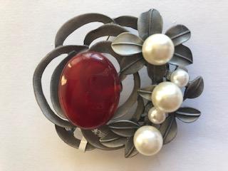 Fashion Brooch Pearl Essence